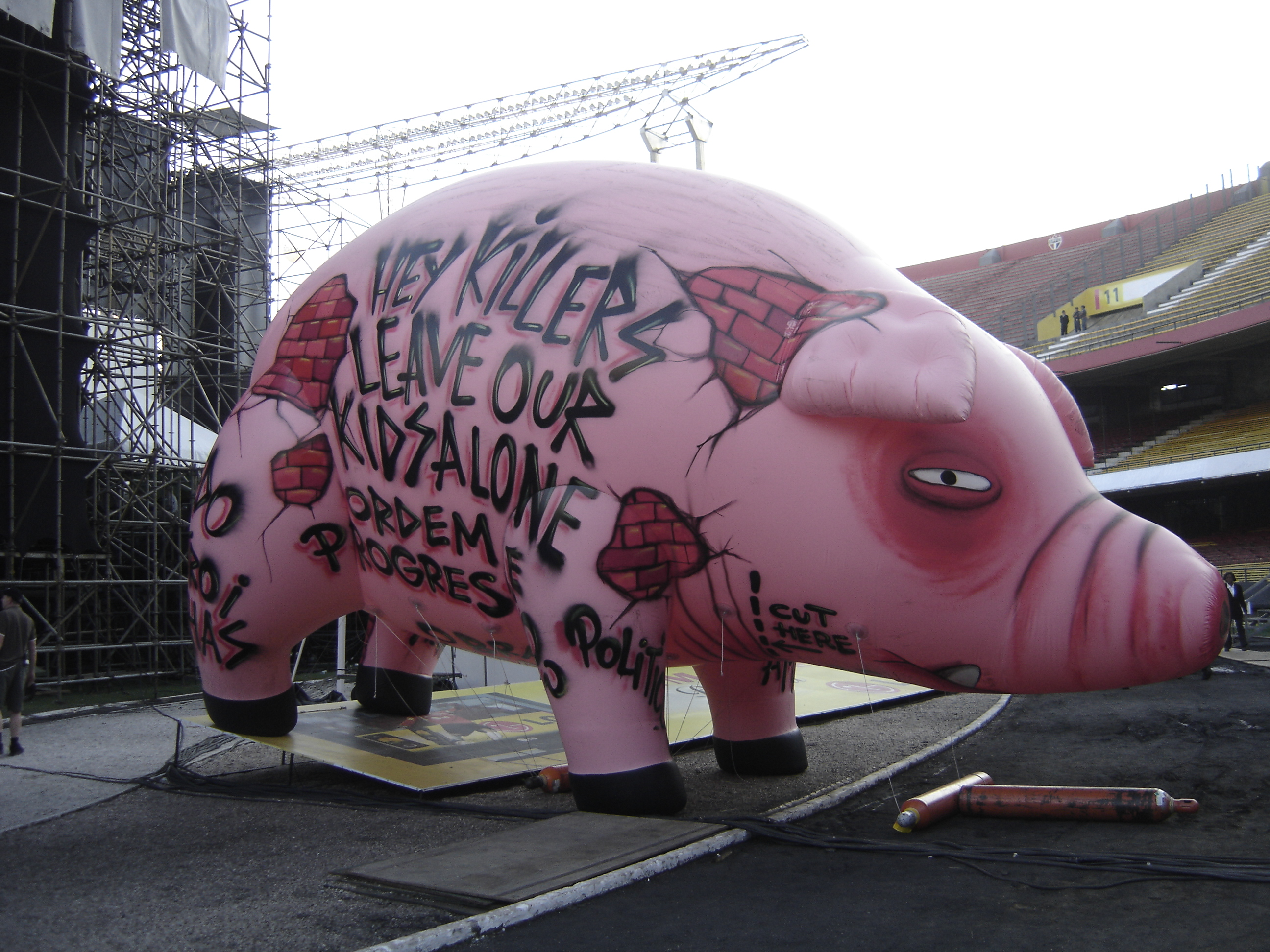 THE WALL, FLYING PIG – ROGER WATERS