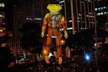 THE FOREIGNER, COLLABORATION OSGEMEOS AND PLASTICIENS VOLANTS